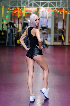Une belle fille est engagée dans une salle de sport.