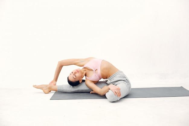 Une belle fille est engagée dans un studio de yoga