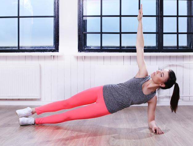 Belle fille exerçant de l'exercice