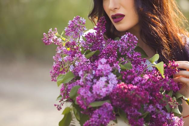 Belle fille à l'extérieur. joli, jeune femme, à, bouquet, de, lilas., méconnaissable, dame, à, fleurs, grand plan