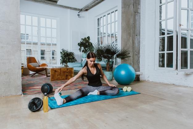 Belle fille faisant de la formation et du yoga à la maison le matin
