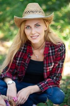 Belle fille à la ferme le jour de l'automne
