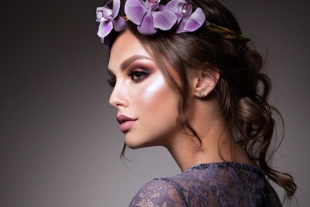 Belle fille avec des fleurs. couleurs pastel. peau de visage parfaite