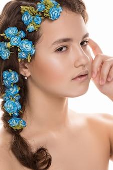 Belle fille avec des fleurs dans les cheveux