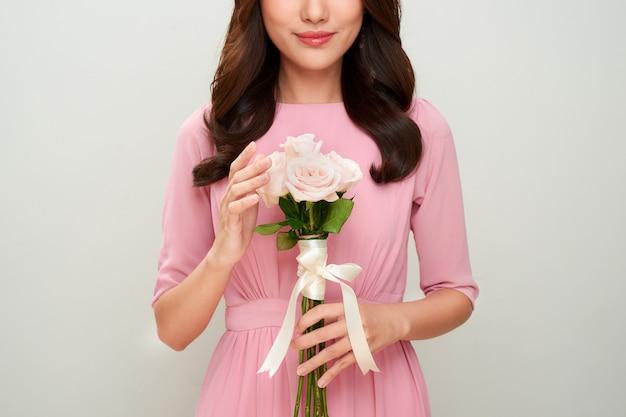 Belle fille avec des fleurs. peau parfaite.