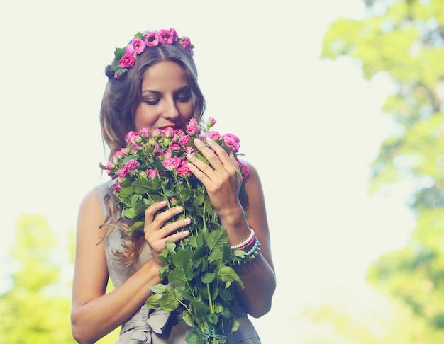 Belle fille avec des fleurs