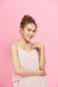 Belle fille sur fond rose