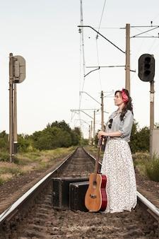 Belle fille avec une guitare
