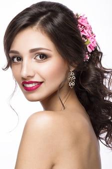 Belle fille en image de la mariée avec des fleurs violettes sur la tête