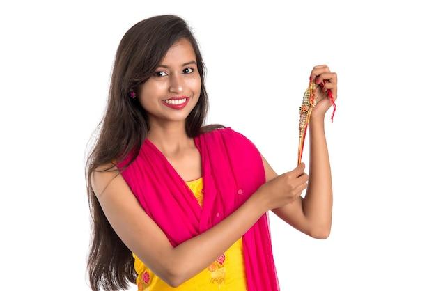 Belle fille indienne montrant rakhis à l'occasion de raksha bandhan