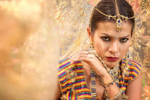 Belle fille indienne ywith bijoux kundan