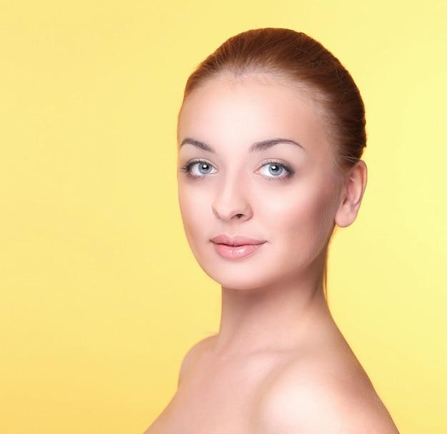 Belle fille sur jaune