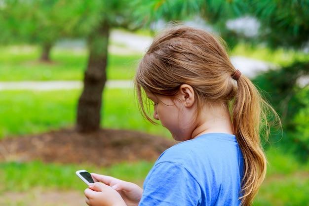 Belle fille jouant au téléphone