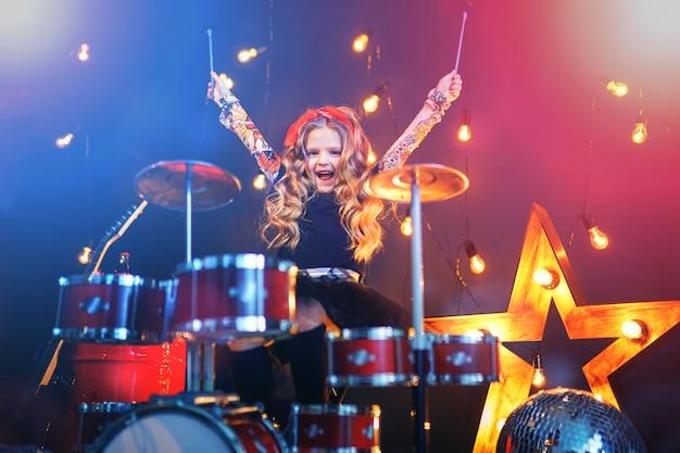 Belle fille jouant de la batterie