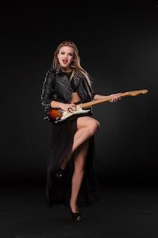 Belle fille jouant de la guitare