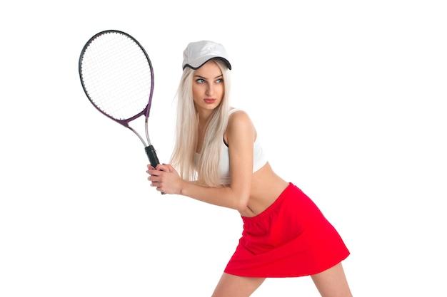 Belle fille en jupe rouge tient une raquette de tennis