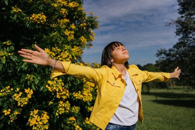 Belle Fille Latina Profitant De La Journée à Bras Ouverts Photo Premium