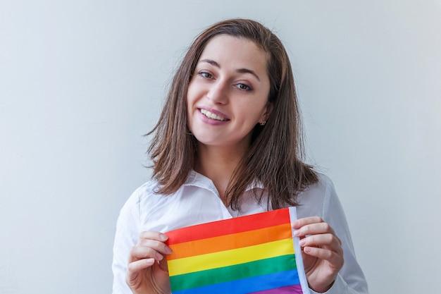 Belle fille lesbienne caucasienne avec drapeau arc-en-ciel lgbt