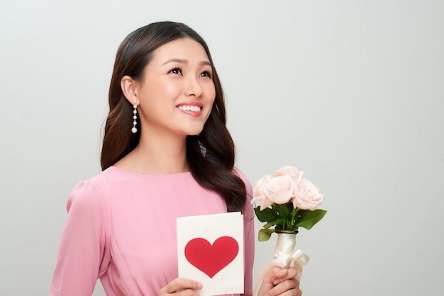 Belle fille avec lettre d'amour et fleurs. journée de la femme heureuse.