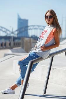 Belle fille à lunettes de soleil