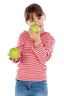 Belle fille mange une pomme sur fond blanc