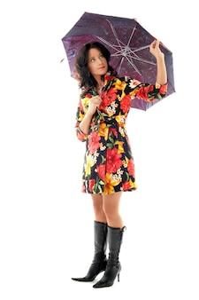 Belle fille en manteau coloré avec parapluie