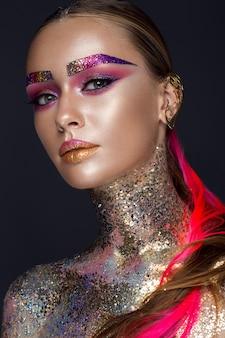 Belle fille avec un maquillage coloré créatif. beau visage.