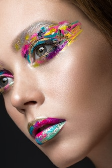 Belle fille avec un maquillage coloré créatif