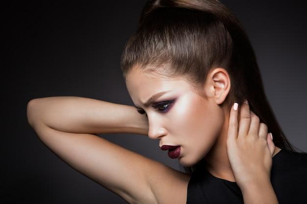 Belle fille avec un maquillage lumineux