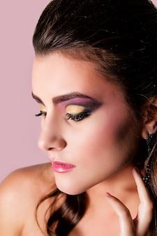 Belle fille avec maquillage mode et coiffure