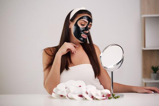 Belle fille avec maquillage naturel à la maison concept de beauté et de soins de la peau