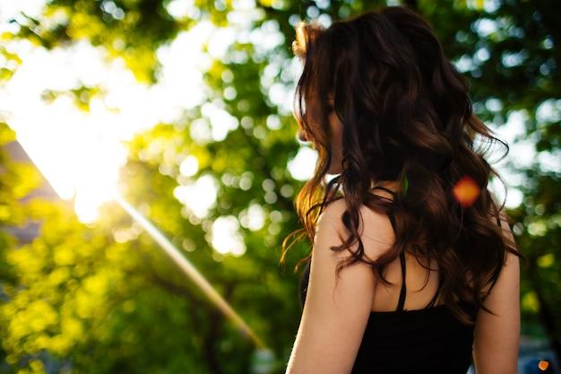 Belle fille marchant dans la rue au printemps. jeune femme appréciant la météo du printemps.