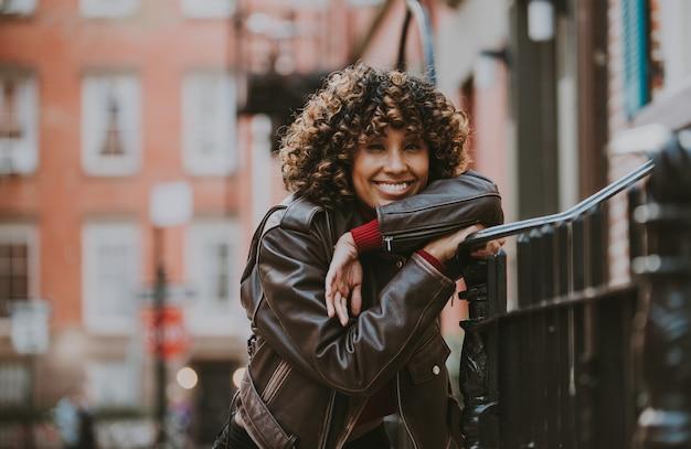 Belle fille marche dans la ville de new york, concept sur les new yorkais et mode de vie