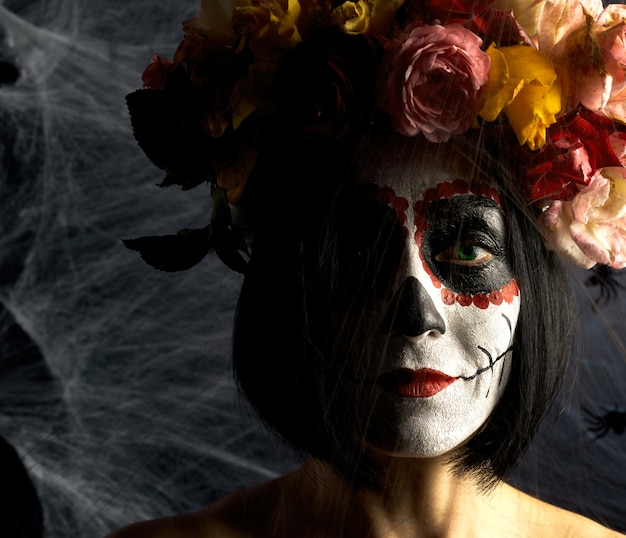 Belle fille avec masque de mort mexicain traditionnel. calavera catrina