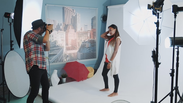 Belle fille métisse posant pour le photographe en séance photo studio professionnel