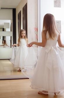 Belle fille avec miroir