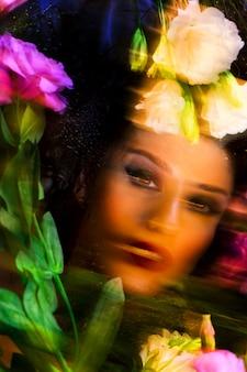 Belle fille de mode avec un maquillage lumineux parmi les eustomas.