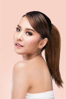Belle fille modèle spa avec une peau parfaite fraîche propre, sur le rose avec un tracé de détourage