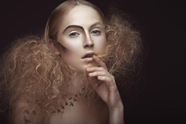 Belle fille avec un motif sur le corps en forme d'oiseaux, maquillage créatif et coiffure luxuriante.
