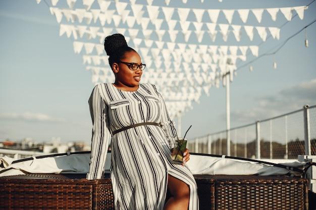 Belle fille noire debout dans un parc d'été