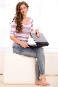 Belle fille avec un ordinateur portable