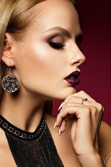 Belle fille avec des paillettes roses sur ses lèvres