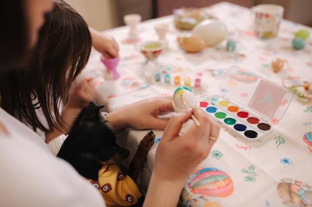 Belle fille passer du temps avec maman à la maison pendant qurantine mignonne petite fille imprimée à pâques