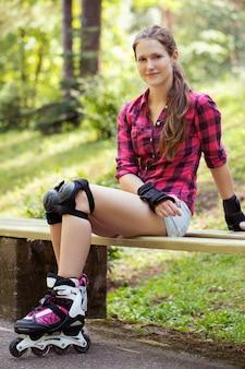 Belle fille sur patins à roues alignées