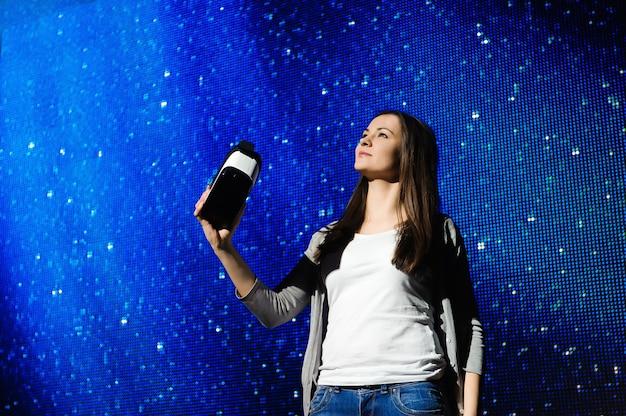 Une belle fille portant un appareil de réalité virtuelle