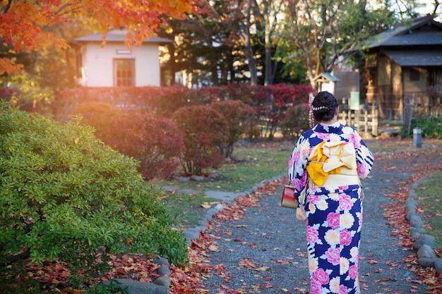 Belle fille portant un kimono traditionnel japonais en automne.