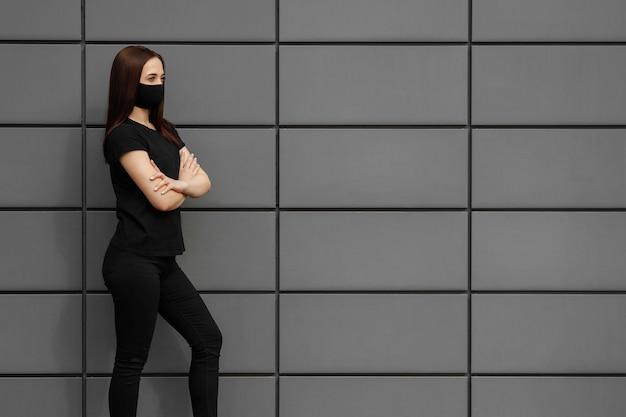 Belle fille portant un masque médical lors d'un coronavirus