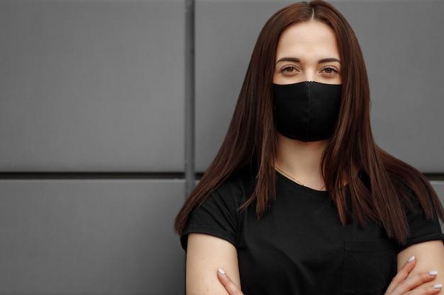 Belle fille portant un masque médical