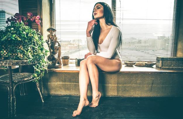 Belle fille posant dans sa maison d'été