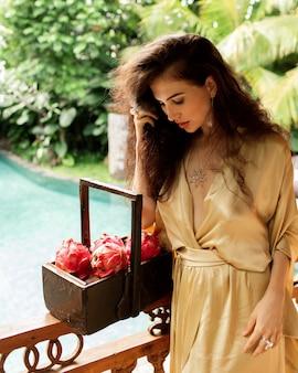 Belle fille posant avec des fruits